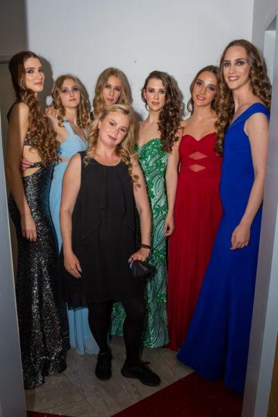 Die Models Backstage mit Stylistin Daniela Scheidl. (Foto AS-Foto Albert Stern)