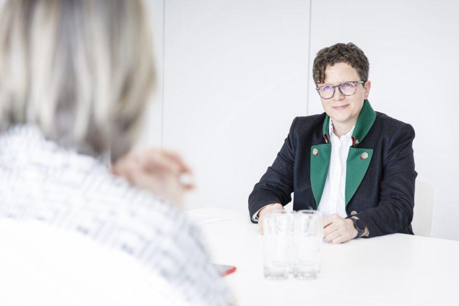 """Ruth Deimbacher: """"Ich kümmere mich im Projektmanagement um die Kundenbelange und -wünsche und achte darauf, dass die von uns erarbeiteten Lösungen wirklich alle Kunden-Anforderungen erfüllen."""" (Foto Thomas Luef)"""