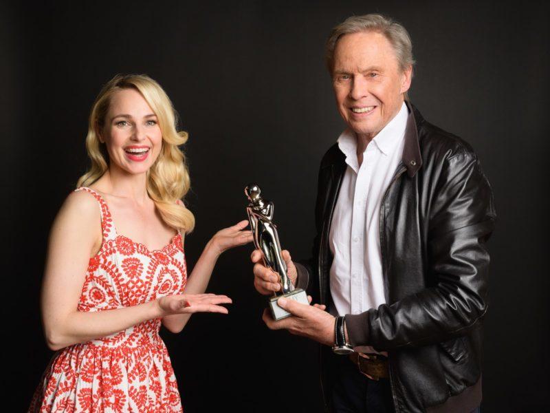 """""""ROMY 2021 - Der Österreichische Film- und Fernsehpreis"""": Silvia Schneider überreichte Peter Kraus die Platin-ROMY für das Lebenswerk. (Foto: ORF/Kurier/Jeff Mangione)"""