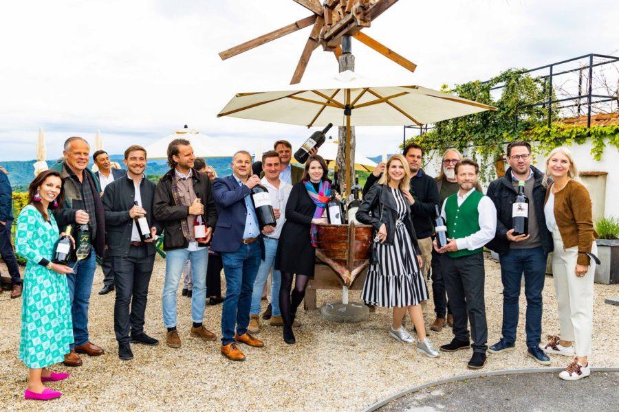 Große Winzerrunde bei der Präsentation der Jubiläumsausgabe des Schlossberg Magazins beim Fischwirt am Urmeer. (Foto Werner Krug)