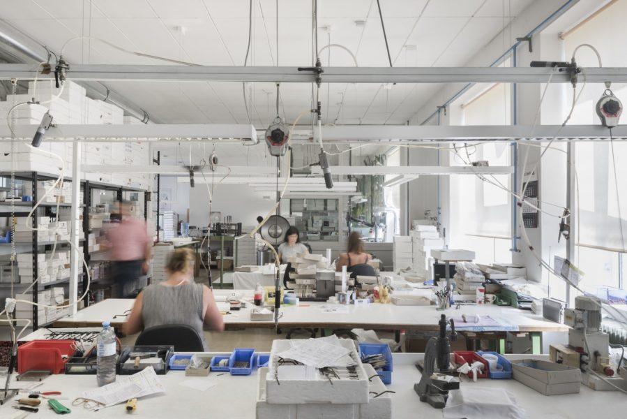 ANDY WOLF Eyewear realisierte die ersten Entwürfe in einer kleinen Manufaktur im steirischen Hartberg und begann mit gerade mal vier Personen eine exklusive Herrenlinie aus Acetat zu fertigen. (Foto Alexander Gebetsroither)