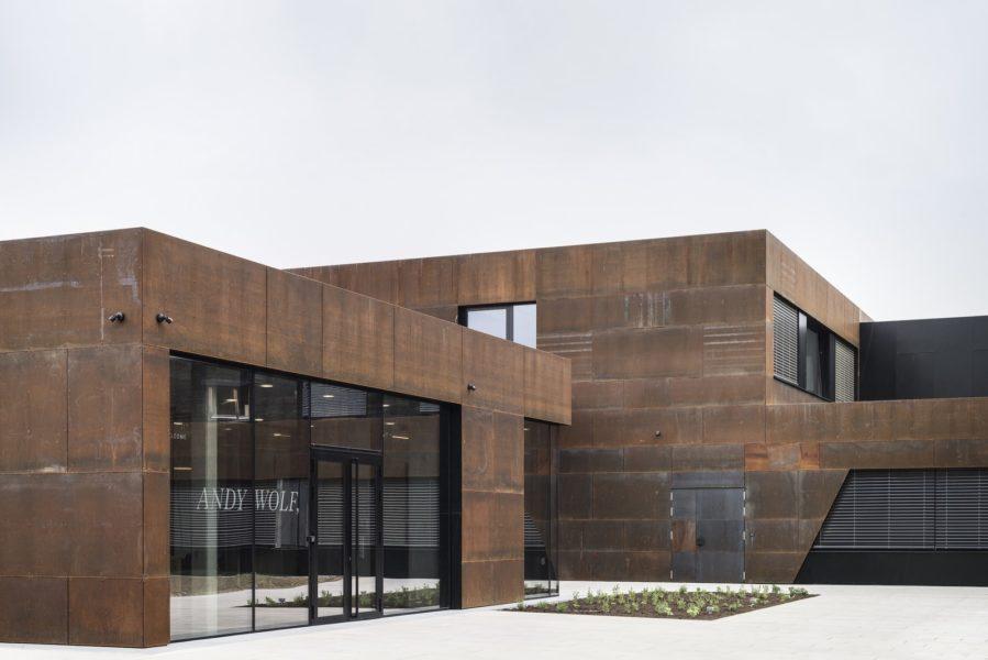 Die Fassade des Headquarters von ANDY WOLF Eyewear ist großflächig von Cortenstahl verziert. (Foto Alexander Gebetsroither)