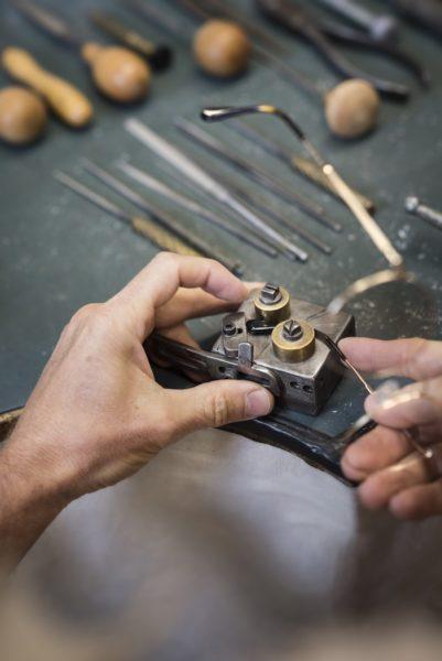 ANDY WOLF Eyewear - ANDY WOLF Brillen werden lokal in Hartberg und seit 2016 auch im französischen Jura produziert. Jedes Einzelteil, ob Schraube oder Scharnier, wird selbst hergestellt, oder aus Europa bezogen. Im Bild: Produktion in Jura. (Foto Alexander Gebetsroither)
