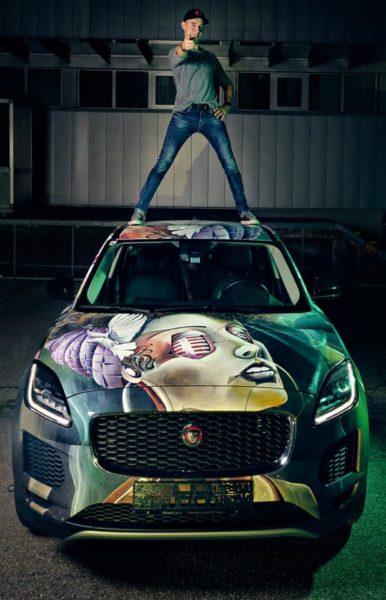 Tom Lohner setzte einen Jaguar E-Pace mit seiner unverwechselbaren Handschrift und den Gesichtern von Alicia Keys und Bono von U2 abstrakt in Szene (Foto Martin Schönbauer)