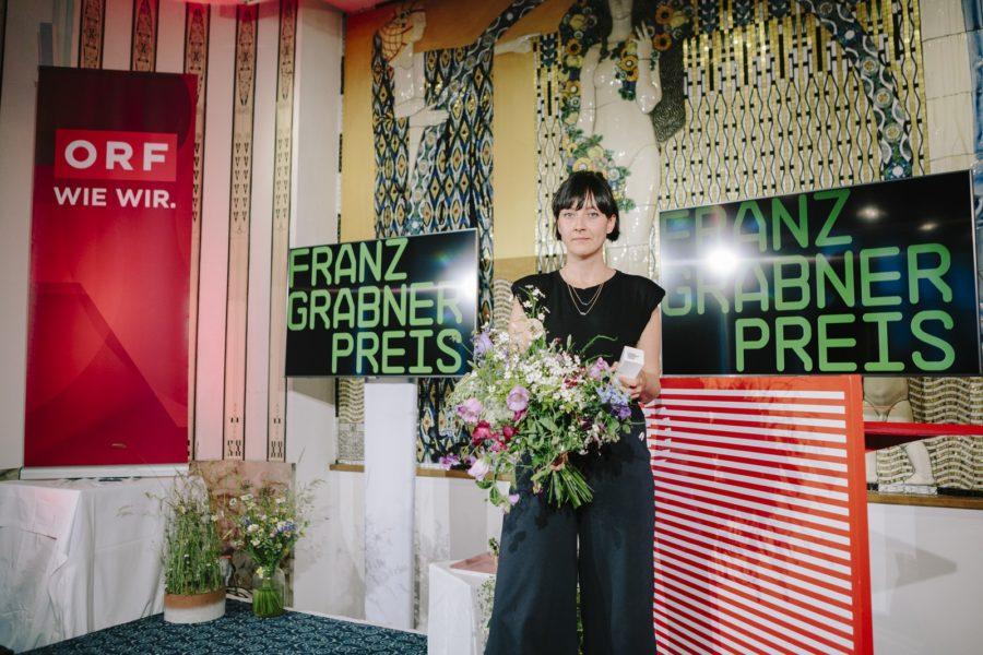 Diagonale'21 - Verleihung Franz-Grabner-Preis: Bester Kinodokumentarfilm ist DIESER FILM IST EIN GESCHENK von Anja Salomonowitz. Wiktoria Pelzer in Vertretung von Anja Salomonowitz (Foto Diagonale/Sebastian Reiser)