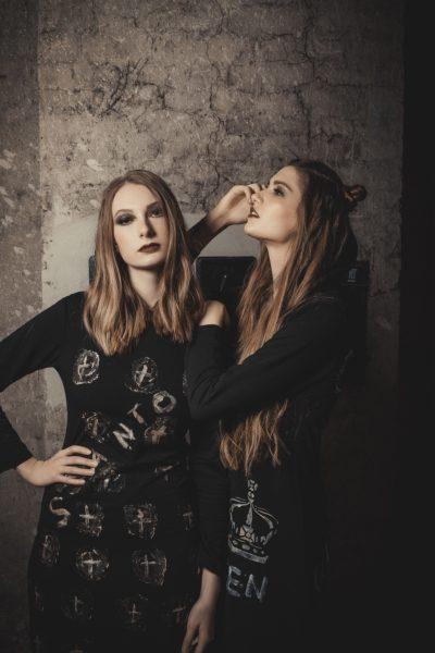 """Katharina Dlapka & Sarah Leidl posieren für Kult-Designerin Marianne Kohn, beide von der Agentur 1 st Place Models. (Foto""""1 st Place Models"""" / Oliver Neunteufel)"""