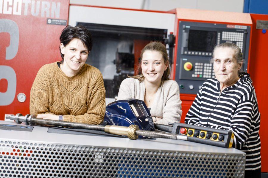 Drei Generationen mit Begeisterung bei der voestalpine: Jennifer Sichau macht ihre Lehre als Metall- und Schweißtechnikerin, ihre Großmutter war die erste Kranfahrerin und ihre Mutter ist als Zerspanungstechnikerin. (Foto Thomas Luef)