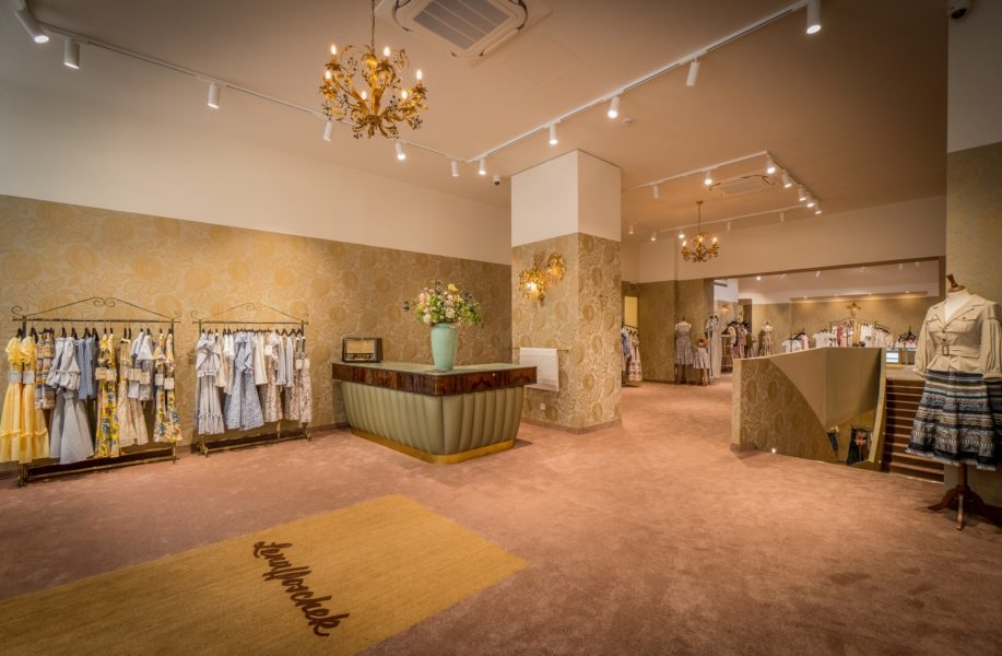 Lena Hoschek hat jeden Schritt der aufwendigen Umbauarbeiten begleitetund einen neuen Flagship Store realisiert, der ihre Vision zu 100% repräsentiert. (Foto AANOIR / Robert Weinzettl)