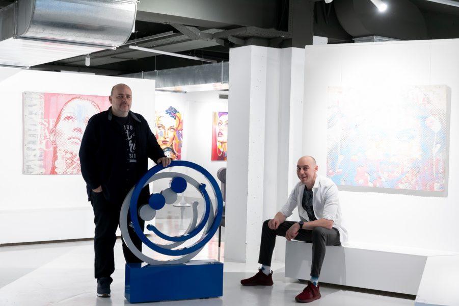 Klaus Billinger und Tom Lohner mit einem Werk von Feromontana in ihrer Bakerhouse Gallery in Graz. (Foto Bakerhouse Gallery)