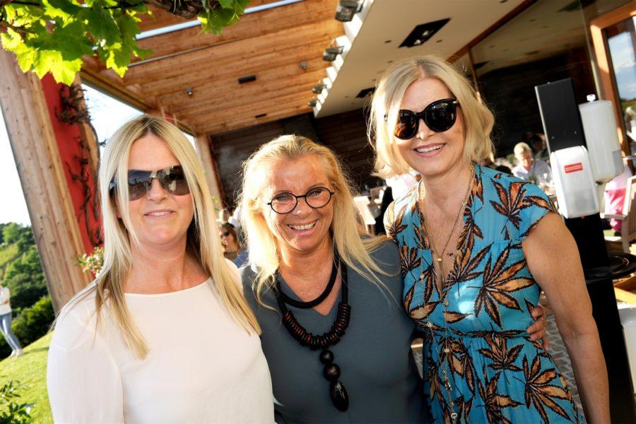 Fashion- und Brillen-Show am Kogel3 - K3-Chefin Trixi Drennig (Mi.) und Fashion-Lady Helga Kresnik (re.).(Foto Josef apresvino)
