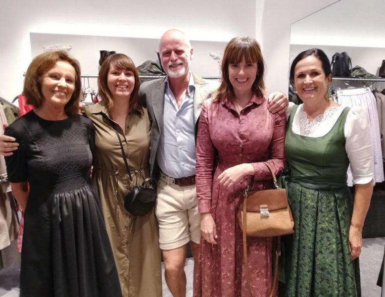 Bei der Eröffnung des Motwurf Stores in der Salzburger Getreidegasse: Monika und Viktoria Götzl, Markus Meindl, Katharina Götzl und Stefanie Schramke. (Foto Dow)