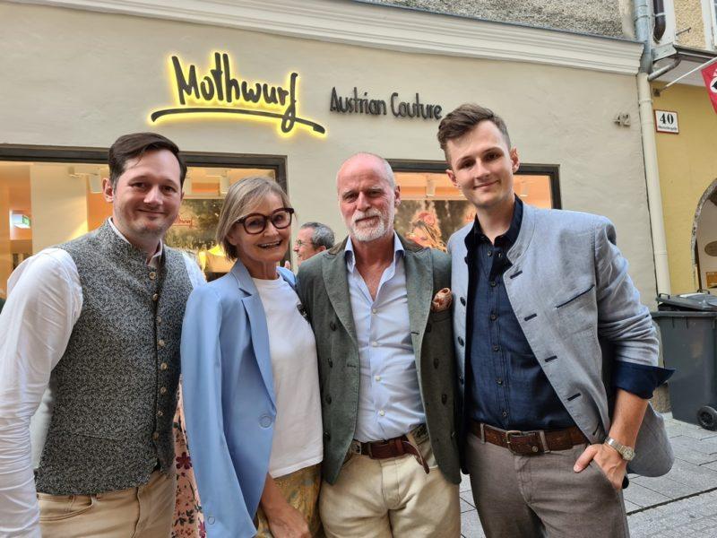 Dominik Schramke, Journalistin Hedi Grager, Markus Meindl und und Mathis Schramke bei der Eröffnung des Mothwurf Stores in Salzburg. (Foto Dow)