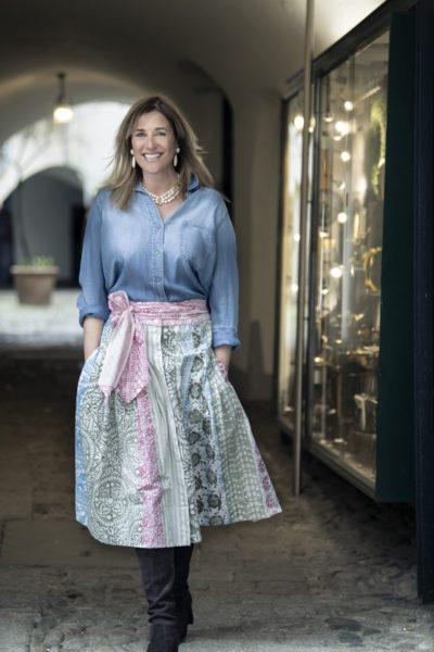 Die Designerin Theresa Schöffel kombiniert ihre Kreationen auch immer wieder gerne mit Jeanshemden. (Foto Christian Jungwirth)