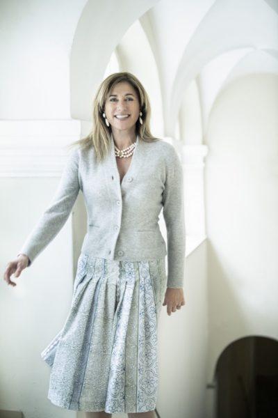"""Theresa Schöffel ist immer wichtig zu betonen, dass sie nur mit Qualitätsstoffen arbeitet. """"Ich mache keine Wegwerf-Dirndl und das schätzen mittlerweile die Menschen wieder sehr."""" (Foto Christian Jungwirth)"""