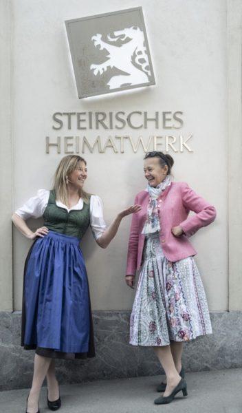 Designerin Theresa Schöffel mit STEIRISCHES HEIMATWERK Geschäftsführerin Monika Primas. (Foto Christian Jungwirth)