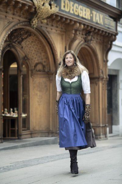 Theresa Schöffel besitzt mehr als 400 alte Holzmodeln, bisher hat sie ungefähr 100 davon für ihre Drucke verwendet. (Foto Christian Jungwirth)