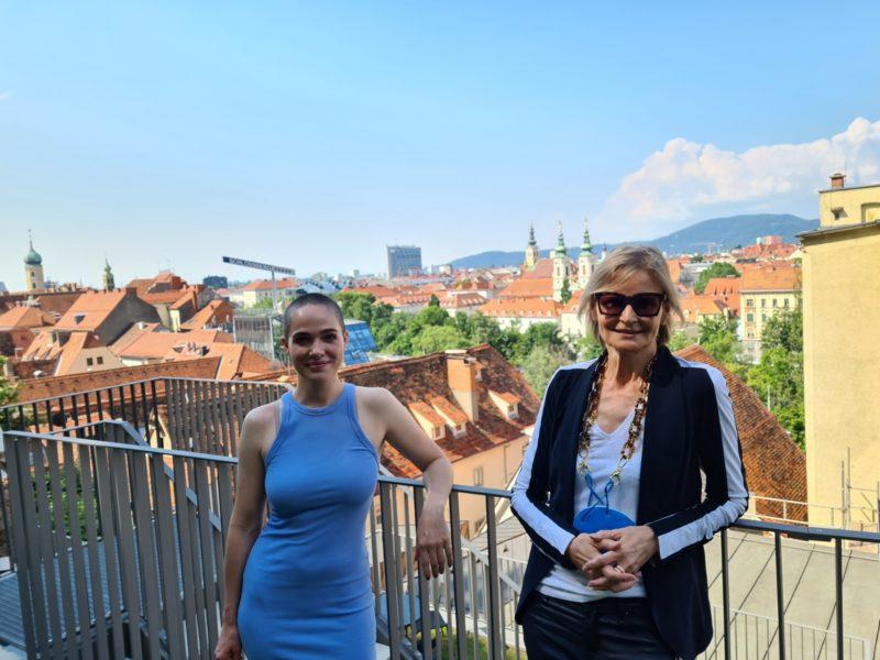Verena Altenberger im Gespräch mit Journalistin Hedi Grager über den Dächern von Graz im schönen Hotel K36. (Foto privat)