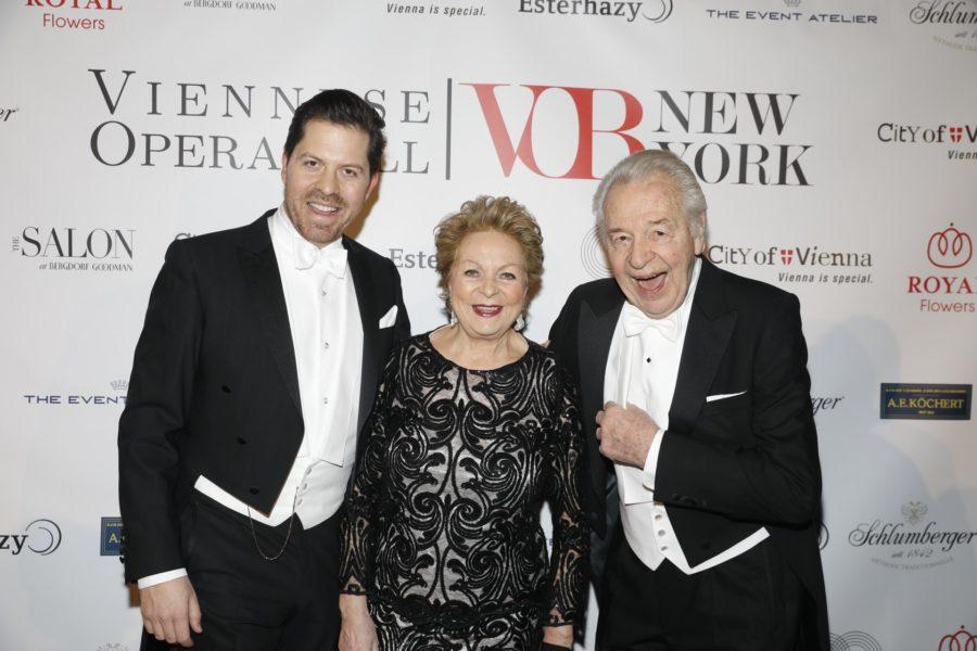 Daniel Serafin mit seinen Eltern Harald und Inge Serafin am Viennese Operaball in New York. (Foto instagram.com/serafindaniel/)