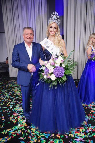 MISS EUROPE 2021 Beatrice Körmer mit Veranstalter Ramon S. Monzin, Miss Earth Organization. (Foto Andreas Tischler)