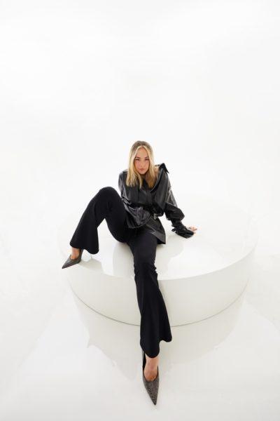 Geshootet wurde die Kampagne zur Capsule Collection in den Oatmilk Studios in Berlin, Designerin Marina Hoermanseder war selbst ein zentraler Bestandteil der Kampagne. (Foto HOERMANSEDER X ABOUT YOU)