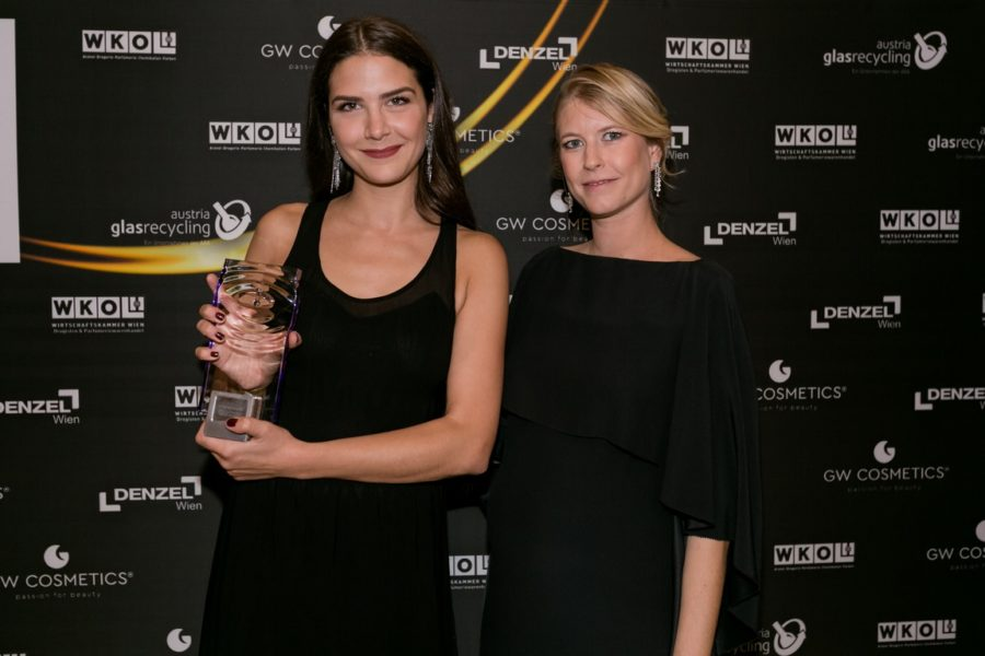 DUFTSTARS Gala 2021: Gewinner Home Fragrances Acqua di Parma - Brand Managerin Theresa Koja mit Laudatorin Anja Traninger CR flair Magazin. (Foto Laura Busch)