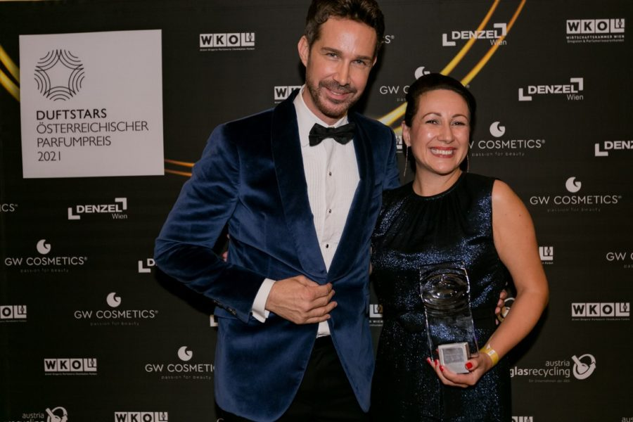 DUFTSTARS Gala 2021: Gewinner Media Awards Print - Laudator Michael Lameraner mit Dior Marketing & PR-Managerin Evelina Jüttner. (Foto Laura Busch)