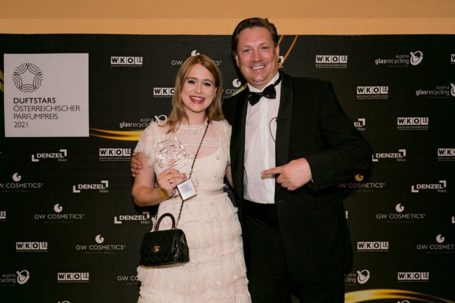 DUFTSTARS Gala 2021: Gewinner Mediaawards Bewegtbild -Chanel Marketingmanager Katharina Brunner und CCO Puls4Sat1Pro7-Gruppe Michael Stix. (Foto Laura Busch)