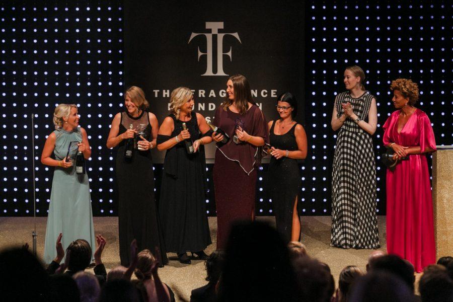 DUFTSTARS Gala 2021: Gewinner Handels Award mit Laudatorin & Stv. CR WOMAN Michi Strachwitz & Moderatorin Arabella Kiesbauer. (Foto Philipp Lipiarski)