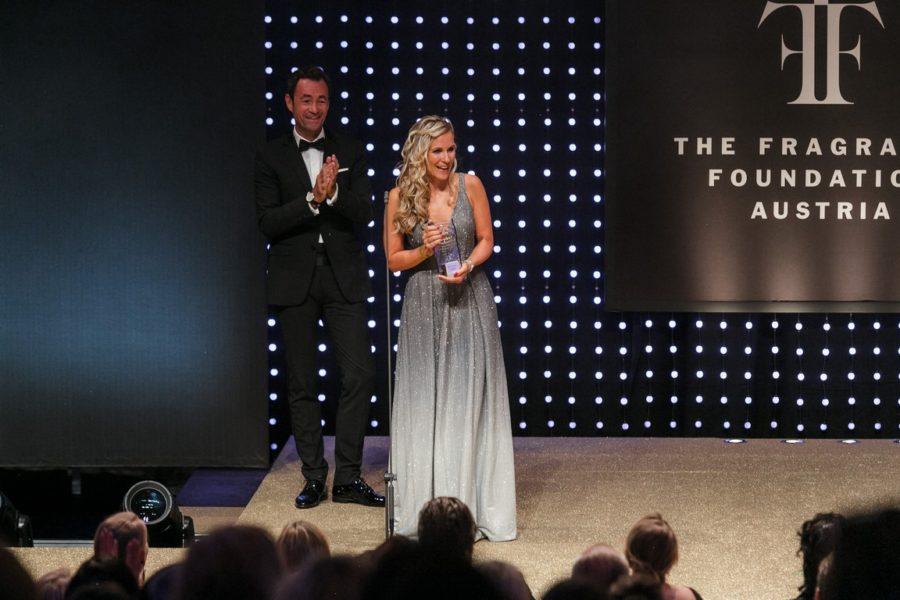 DUFTSTARS Gala 2021: Laudator & ARA Vorstand Harald Hauke, Gewinner Flakon-Design Clarins Brand Managerin Sandra Stiller. (Foto PhilippLipiarski)