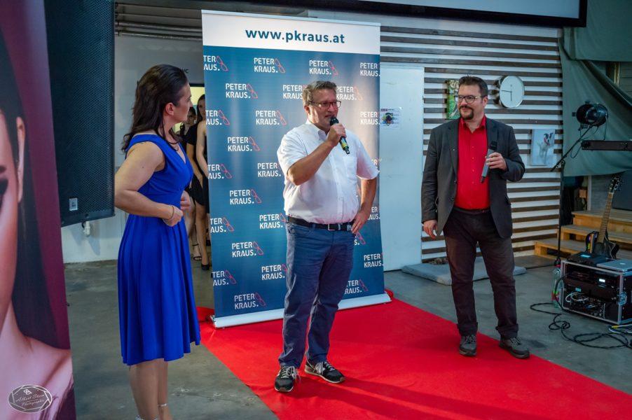 Personal-Vermittler Peter Kraus unterhielt das Publikum mit flotten Sprüchen. Hier zu sehen mit Ina Lechner und Dominik Wachta (re.) (Foto 1 st Place Models/AS-Foto Albert Stern)