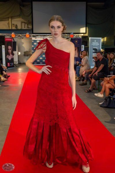 Das steirische Topmodel Sarah Schmidt präsentierte edle Couture von Regina Liebmann. (Foto 1 st Place Models/AS-Foto Albert Stern)