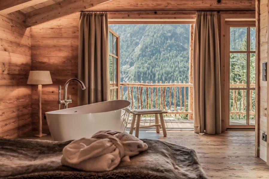 Benglerwald Berg Chalets mit 5-Sterne-Service: Jedes Chalet bietet ein Spa-Deluxe mit Hot Pot und Sauna, Wohlfühlwanne und Wellness-Dusche, Fitness- und Yoga-Set. (Foto Cratko Photography)