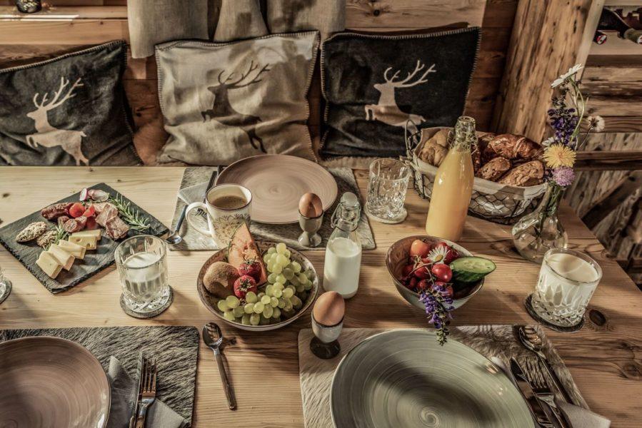 """Im Benglerwald Bergchaletdorf kommt jeden Morgen das frische Almfrühstück """"frei Haus"""" ans Chalet. (Foto Cratko Photography)"""
