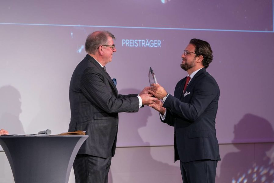 Schmuckstars Awards 2021: Jubiläumsmarke des Jahres - Uhrenexperte Gisbert L. Brunner überreicht den Preis an Alexander Guiterrez Diaz, LANG u HEYNE. (Foto Andreas Tischler)