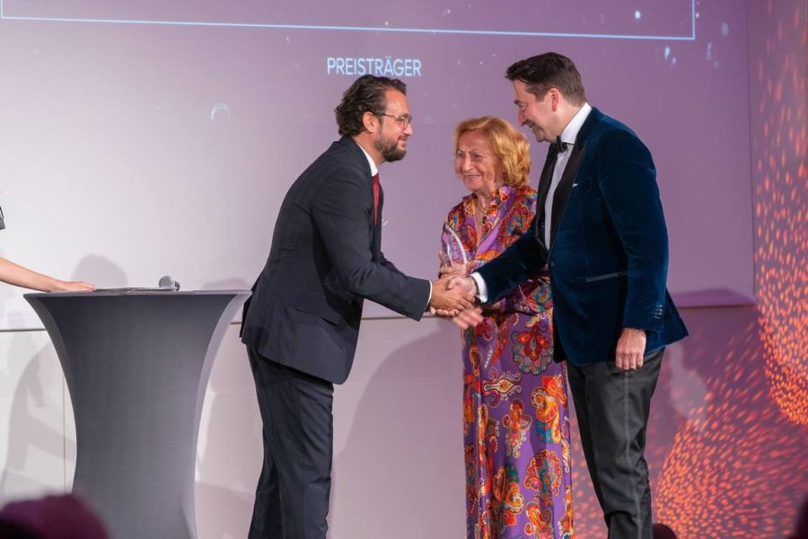 Schmuckstars Awards 2021: Premium Juwelier des Jahres (Gesamtsieger) - Lang & Heyne CEO Alexander Gutierrez Diaz übergibt den Preis an Philipp Pelz und Mutter, Juwelier Wempe. (Foto Andreas Tischler)