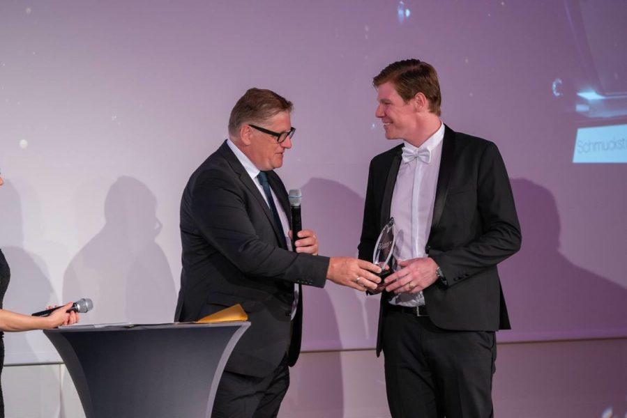 Schmuckstars Awards 2021: Trendjuwelier des Jahres -Publikumsstar. Peter Wittmann, Jacques Lemans, überreicht den Preis an Philipp Thurzo, Thurzo for You, (Foto Andreas Tischler)