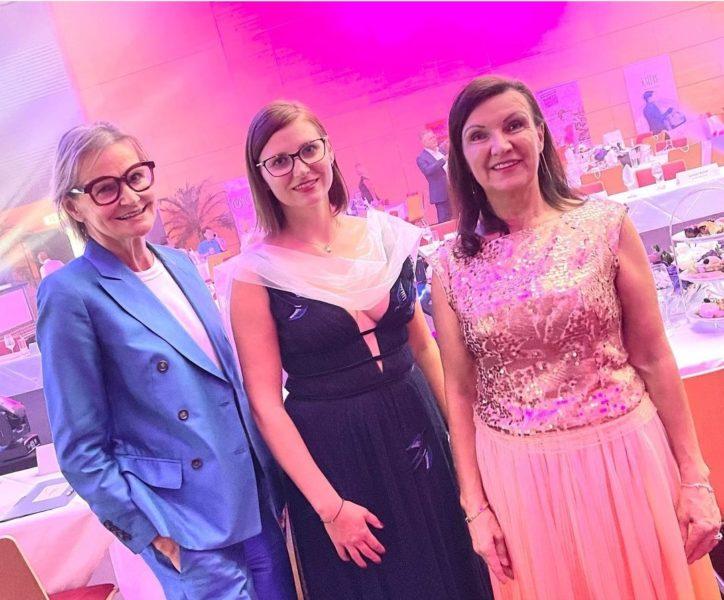 Imperial Cosmetic Gründerin Marina Sophie Flasch (Mitte) mit Imperial Cosmetics Ambassador Herta Margarete Habsburg Lothringen (re) und Bloggerin Hedi Grager (li) bei der Miss Europa Wahl, bei der Imperial Cosmetics als Sponsor auftrat. (Foto Imperial Cosmetics)